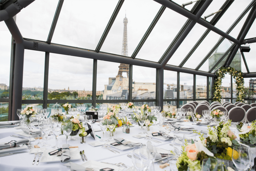 Décoration table intérieure rooftop Grenelle avec vue sur la tour eiffel
