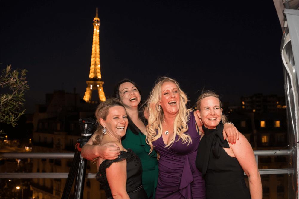 Photo amis soirée rooftop grenelle avec vue sur la tour eiffel